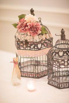 Foto 3 de 10 Jaulas estilo vintage decoradas con flores y cintas de colores. Imagen ruffledblog | HISPABODAS