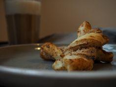 Blätterteig-Nuss-Schleifen - Fränkische Rezepte French Toast, Bread, Cookies, Breakfast, Food, Super Simple, Food Food, Bakken, Cup Of Coffee