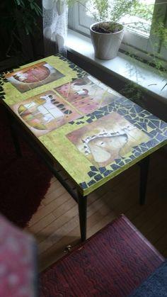 Kiisselin,servettien ja kalenterikuvien avulla tuunattu pöytä.