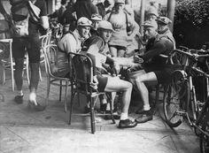 1928 20/6 rit 4 Dinan > L'attente du départ. Gaston Rebry, Julien Vervaecke et Nicolas Frantz attendent le départ sur une terrasse de café