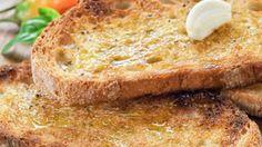 Jak opéct chleba na topinku, aby křupala a uvnitř byla měkká Banana Bread, Desserts, Food, Tailgate Desserts, Deserts, Meals, Dessert, Yemek, Eten