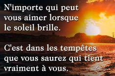 N'importe qui peut vous aimer lorsque le soleil brille. C'est dans les tempêtes que vous saurez qui tient vraiment à vous.#citation #citationdujour #proverbe #quote #frenchquote #pensées #phrases #french #français