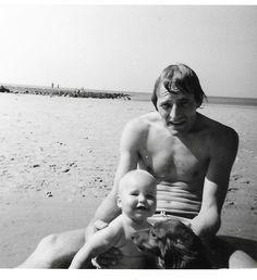 Met mijn zoon - nu 41 jaar - op het strand van Ameland met onze teckel sherry in 1975. 1975, Face, The Face, Faces, Facial