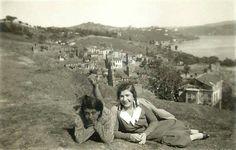 1940'larda Arnavutköy sırtlarında hatıra fotoğrafı çektiren iki genç kız...