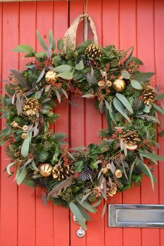 Christmas wreath with feathers, eucalyptus, berries and cones, oranges and poppy seed heads in gold. Homemade Christmas Wreaths, Christmas Door Wreaths, Holiday Wreaths, Christmas Crafts, Christmas Decorations, Holiday Decor, Christmas Flower Arrangements, Christmas Flowers, Natural Christmas