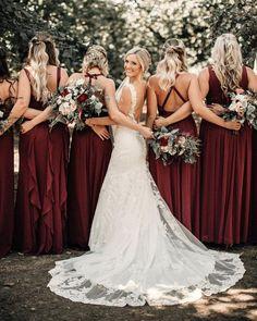 Não é apenas o traje da noiva que a preocupa no grande dia. A responsabilidade em decidir como será o vestido de suas testemunhas cerimoniais é decisão delas. Ademais, os vestidos das madrinhas de casamento é um assunto cercado de dúvidas. #PapelConvite #BlogCasamento #IdeiasNoiva #Cerimônia #Casamento #WeddingDress #Vestidos #Madrinha #Noivos #Wedding #Couple #Bride #Marriage