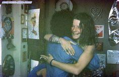 Janis viajou pegando uma carona de moto saindo do Rio de Janeiro até a Comunidade Hippie de Arembepe, Rio Vermelho, Bahia, lá ela fez muitas amizades, artesanato, curtindo suas férias longe da heroína.