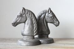 Classic vintage horse bookends / cast metal / gray horse / home office decor / English country style / cottage chic / man cave den decor Country Chic Cottage, Cottage Style, Vintage Horse, Vintage Metal, Silver Knight, Den Decor, English Country Style, Ceramic Jars, Classic Chic