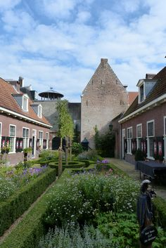 Het Jordenshofje, in 1856 verplaatst van de Pontsteeg naar deze locatie tussen de beide Overstraten in Dutch, Mansions, House Styles, Mansion Houses, Dutch Language, Manor Houses, Fancy Houses, Palaces, Villas