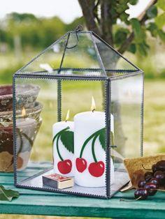 Jetzt ist Kirschsaison! Das rote Steinobst veredelt herzhafte Gerichte und macht Süßes saftig. Wie wäre es mit dieser wunderschöne Deko-Idee?