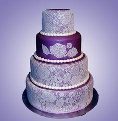 Uma novidade está tomando conta do mercado no Brasil: o bolo rendado para casamento. Confira as melhores inspirações e escolha a que mais combina com você!