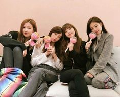 Find images and videos about kpop, rose and blackpink on We Heart It - the app to get lost in what you love. Kim Jennie, Kpop Girl Groups, Korean Girl Groups, Kpop Girls, Yg Entertainment, K Pop, Memes Blackpink, Black Pink Kpop, Blackpink Members