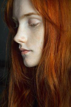 long hair フ redhead haircut cut hairstyle hair haar frisur ro . Portrait Girl, Foto Portrait, Portrait Photography, Beautiful Red Hair, Beautiful Redhead, Pretty People, Beautiful People, Beautiful Pictures, Fotografie Portraits
