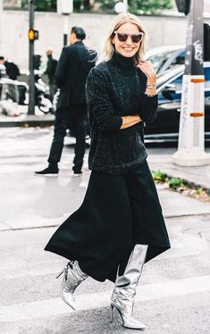 When it comes to fashion week street style trends, there's one clear winner from Slouchy boots are a new season hit. Street Style Chic, Street Style Outfits, Street Style Shoes, Mode Outfits, Stylish Outfits, Black Maxi Skirt Outfit, Maxi Skirt Outfits, Flowy Skirt, Midi Skirt