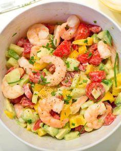 Recette Minceur : Salade Grecque de tomates, avocats, et crevettes. Parfait pour…
