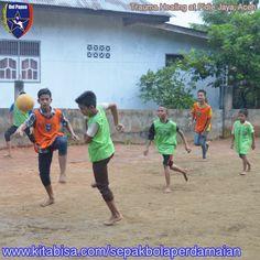 Uni Papua adalah komunitas sepakbola sosial di indonesia yang berfokus pada pembinaan karakter pada anak  https://kitabisa.com/sepakbolaperdamaian