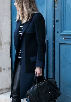 Pantalon cuero negro, camiseta rayas azul, abrigo negro y azul