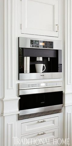 We love this sleek built-in coffee and espresso maker! - Traditional Home ® / Photo: Werner Straube / Design: Julia Edelmann We love this sleek built-in coffee and espresso maker! - Traditional Home ® / Photo: Werner Straube / Design: Julia Edelmann Classic Kitchen, New Kitchen, Kitchen Interior, Kitchen Decor, Design Kitchen, Miele Kitchen, Kitchen Pantry, Kitchen Ideas, Built In Coffee Maker
