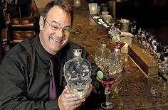 Ο θρύλος των κωμικών ταινιών Νταν Άκροϊντ συνεργάστηκε με την Diamond Estates Wines and Spirits, μια εταιρία διανομής με έδρα το Τορόντο το 2005, τότε που λανσαρίστηκε και η δική του εταιρία...