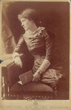 Lillie Langtry in her famous black mourning dress with demure lace collar. She took society by storm with this simple look. Vintage Family Photos, Vintage Photographs, Vintage Images, Lilly Langtree, Lillie Langtry, Mourning Dress, Sean O'pry, Dress Up Boxes, Simple Black Dress
