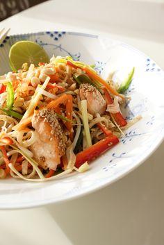 Matildenspitze: Salat thai style med nudler og bagt sesam laks