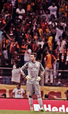 GALATASARAY Muslera Photos in the Drawer Photos taken on special occasions will disappear after a while in the dusty environment of the drawers. Cr7 Wallpapers, Ronaldo Wallpapers, Sports Wallpapers, Celebrity Wallpapers, Messi And Ronaldo, Cristiano Ronaldo, Music Wallpaper, Iphone Wallpaper, Food Wallpaper
