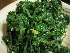 Ini bukan resep siiiiih, tapi teknik merebus daun singkong agar warnanya tetap cantik, rasanya gurih dan terasa lebih lembut dilidah. Dan me...
