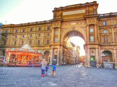 La Plaza de la República, es uno de los sitios más importantes de#Florenciasituado en el sitio del gueto, abierto durante los trabajos de la rehabilitaciónurbanísticade la ciudad durante elRenacimiento, durante el cual también fueron creados los bulevares circulares de la ciudad. #EuropeosViajeros #Italia #firenze #Italy #Florence #Toscana