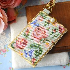 Wish I knew Japanese Beaded Clutch, Beaded Purses, Crochet Motifs, Bead Crochet, Embroidery Flowers Pattern, Beaded Embroidery, Diy Crafts Jewelry, Bead Crafts, Seed Bead Patterns