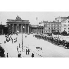 Buyenlarge 'Pariser Platz and Brandenburger Thor (Paris Place and Brandenburg Gate)' Photographic Print Size: 2