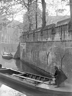 """""""Kromme Nieuwegracht - 1929   Schaft in de baggerschuit. Rechts de tuinmuur achter Pieterstraat 5. HUA"""