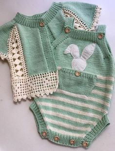 28 super ideas for knitting baby vest hands Crochet Baby Cardigan, Knit Baby Dress, Knitted Baby Clothes, Crochet Clothes, Knit Crochet, Crochet Dresses, Crochet Hats, Baby Knitting Patterns, Knitting For Kids