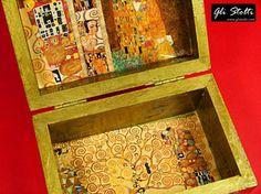 Scatola artigianale in legno decorata a mano e arricchita da foglia d'oro, omaggio all'artista Gustav Klimt. Vai al link per tutte le info: http://glistolti.shopmania.biz/compra/scatola-in-legno-decorata-il-bacio-di-klimt-403 Gli Stolti Original Design. Handmade in Italy. #glistolti #moda #artigianato #madeinitaly #design #stile #roma #rome #shopping #fashion #handmade #style #arte #art