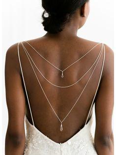 Un petit détail original pour les mariées ne souhaitant pas de collier autour de leur cou. Bijou de dos idéal pour accessoiriser votre robe dos nu.