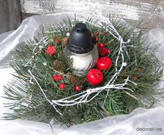 Svícen vánoční na hrob Vánoční chvojový svícen aranžovaný do mokrého florexu na misce - nádherné neopadavé jedlové chvojí - velmi trvanlivý. Svícen Vám ráda vyrobím v jakékoliv barevné variantě. Tento je s hřbitovní svíčkou, nezhasne tedy venku - možná ho využijete i na terase nebo před vchodem Průměr chvoje cca 20cm(může být i bohatší) Zboží je zasíláno ... Funeral Arrangements, Christmas Wreaths, Christmas Ornaments, Holiday Decor, Floral, Red, November, Home Decor, Christmas