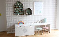 Kinderzimmer in Pastellfarben mit Tapete von Ferm Living