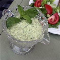 Avocado and cucumber sauce/dip. I Want Food, Love Food, Yummy Appetizers, Appetizer Recipes, Tzatziki Recipes, Tzatziki Sauce, Greek Sauce, My Favorite Food, Favorite Recipes