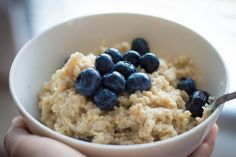Need a heart healthy breakfast? Try old fashioned, unprocessed oatmeal. Oatmeal contains soluble fiber that binds with other foods to unclog cholesterol from your arteries. Detox Recipes, Vegan Recipes, Blueberry Oatmeal, Blueberry Overnight Oats, Detox Diet Plan, Overnight Oatmeal, Vegan Meal Plans, Oatmeal Recipes, Foods To Eat