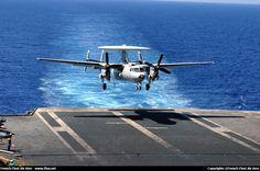 E-2C Hawkeye de la 4.F appontant sur le Charles de Gaulle. (©French Fleet Air Arm)