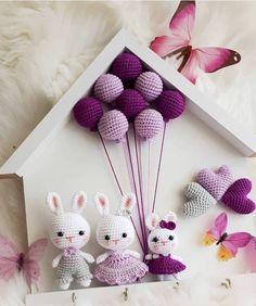 🎁Receba a sua Apostila com 10 Gráficos de Crochê e Amigurumis Grátis➡️ Clique no Link Azul da Bio 👉 . Crochet Gifts, Cute Crochet, Beautiful Crochet, Knit Crochet, Crochet Doll Pattern, Crochet Patterns Amigurumi, Crochet Dolls, Crochet Rabbit, Baby Mobile
