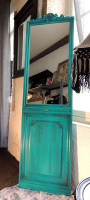 Une porte ... un grand miroir sur pied avec une patine cirée turquoise ombré. Décoration en métal doré ancien.
