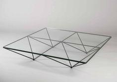 Paolo PIVA (Né en 1950) Table basse modèle Alanda à plateau carré en verre translucide à structure tubulaire en métal laqué noir formant quatre pyramides inversées. Editeur : B&B, circa 1982 H : 26 cm… - Guillaumot-Richard - 14/11/2015