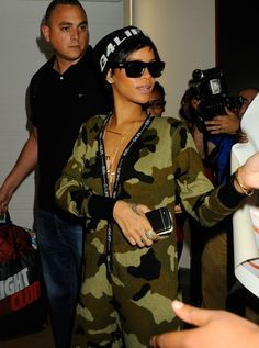 033826a3066b Rihanna owns a Blackberry Q10 Rihanna Mode