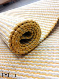 Tämän maton hauskuus on eriväriset reunat. Tämä reuna on keltainen. Woven Rug, Loom, Fiber, Weaving, Textiles, Colours, Flooring, Make It Yourself, Rugs
