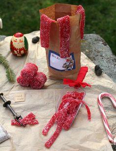 Sura Hallonremmar | Fridas bakblogg (byt ut socker & sirap) Candy Recipes, Raw Food Recipes, Baking Recipes, Sweet Recipes, Snack Recipes, Dessert Recipes, Christmas Candy, Christmas Baking, Christmas Recipes