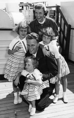 Billy Graham with his wife Ruth and children, Virgin (l), Anne (r) and Ruth (foreground)