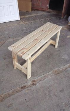 Simple DIY bench for small entrance area (with free plans) - Manzanita manufactureWould you like to learn how to build a DIY bank? Watch this video and get the free wooden bench plans so you Diy Bench Seat, Diy Wood Bench, 2x4 Bench, Wooden Benches, Garden Bench Seat, Build A Bench, Diy Wood Table, 2x4 Table, Pallet Bench Diy