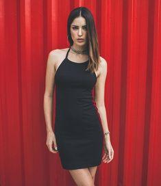 Todo preto e com uma faixa lateral vermelha, esse vestido é aquela peça de roupa básica e cool ao mesmo tempo! Conheça a nova coleção da Toiss no site. #UseToiss   outfit - look -  estilo feminino - how to wear - como usar - moda feminina - fashion girl Moda Streetwear, Streetwear Fashion, Feminina Fashion, Outfit Look, Hip Hop Fashion, Ideias Fashion, Street Wear, High Neck Dress, Street Style