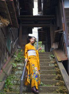 フォトギャラリー|成人式・卒業式の写真撮影・振袖レンタルならaim|東京原宿 Beach Kimono, Street Look, Yukata, Japanese Kimono, Traditional Outfits, Portrait Photography, Oriental, Dress Up, Poses