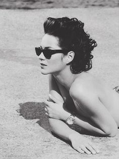 French singer actress Marion Cotillard in Ray Ban by Eliott Bliss for La Parisienne Marion Cotillard, Divas, Pretty People, Beautiful People, Beautiful Beach, Belle Nana, Corte Y Color, French Actress, Jean Paul Gaultier
